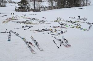Ski ligger og venter på barn ved Ålen skisenter
